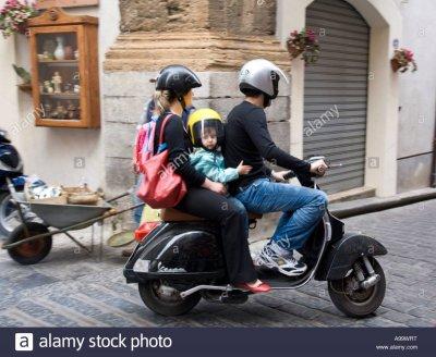 padre-madre-e-bambino-in-vespa-scooter-corso-ruggero-cefalu-sicilia-italia-a99wrt.jpg